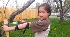 美国小男孩用弓箭为自己拔牙