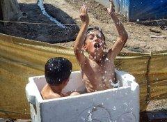 叙利亚儿童用相机记录难民营生活